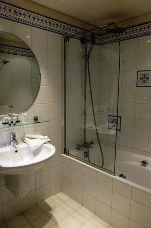Hotel Atlantis Saint-Germain-des-Pres : Loved the shower! Very clean, roomy bathroom