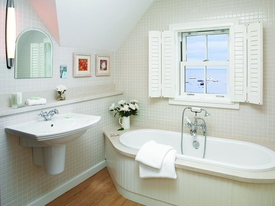 Braye Beach Hotel: One of the lovely bathrooms overlooking the beach