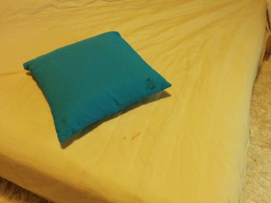 BlueBay Villas Doradas Adults Only: Dark Stains on Pillow and Bed Cover