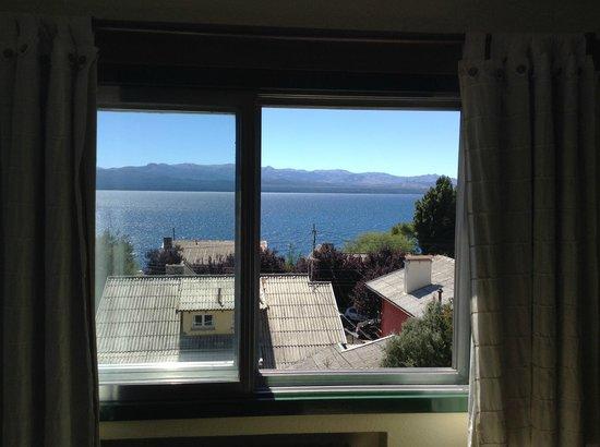 Aconcagua Hotel: Ventana de la habitación con vista al lago.