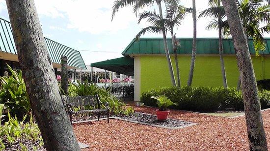 International Palms Resort & Conference Center Cocoa Beach : Sitting area near activity center
