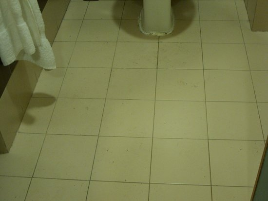 The St. George's Park Hotel: Bathroom floor not mopped
