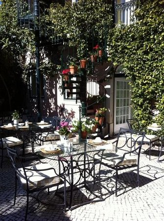 As Janelas Verdes: Courtyard with tables set for breakfast