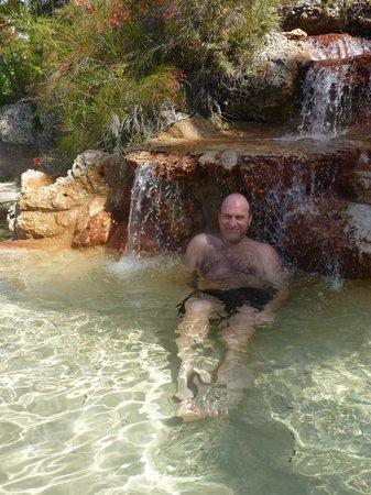 Venetian Pool: Une petite chute pour relaxer juste à côté de la piscine