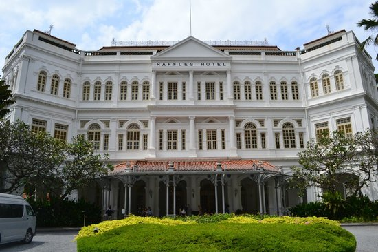 Carlton Hotel Singapore: Raffles Hotel - just next door to the Carlton!