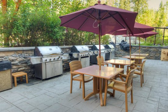 Blackstone Mountain Lodge by CLIQUE: Outdoor patio barbecue area