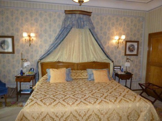 Hotel Ritz, Madrid: Fit for a King … sized very comfortable bed with very posh sheets etc.