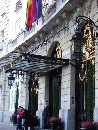 Hotel Ritz, Madrid: Welcoming entrance.