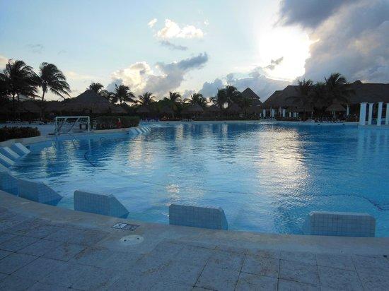 shower picture of grand palladium white sand resort. Black Bedroom Furniture Sets. Home Design Ideas