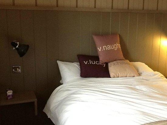 Village Hotel Nottingham: Headboard needs a bigger bed?