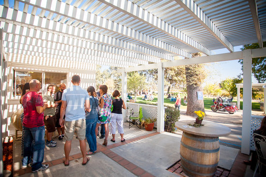 Peachy Canyon Winery: Stepping out the backdoor of the tasting room toward the lawn.