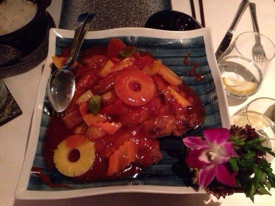 YEN'S: Secondo piatto di pollo, ananas, verdure e salsa agrodolce.