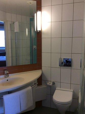 Ibis Yaroslavl Centre: Ванная комната - все что нужно есть.