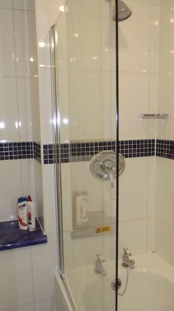 Royal Hotel: Shower/bath room  104  First Floor