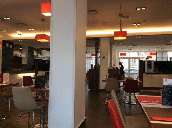 Ibis Yaroslavl Centre: Отличное кафе  Oopen  в холле отеля, по качеству еды одно из лучших в городе+удачный дизайн