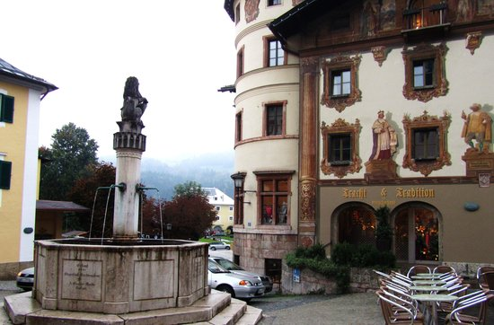 Goldener Bar : One of Many Town Squares