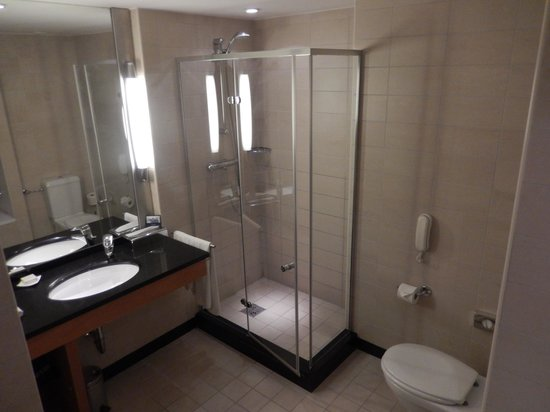 Hilton Budapest City: King Deluxe Room Bathroom