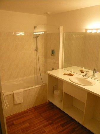 Le Grand Monarque : très grande salle de bain