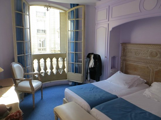 Room with two single beds picture of hotel lyon bastille for Bastille hotel