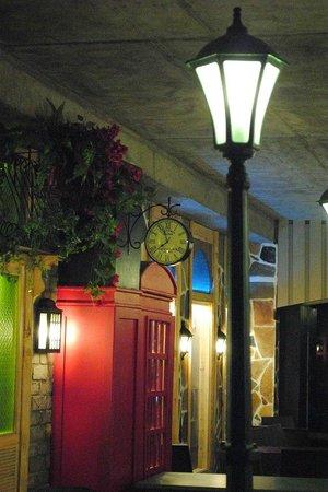 Tava Tandoor Grill: Street lamps On!!