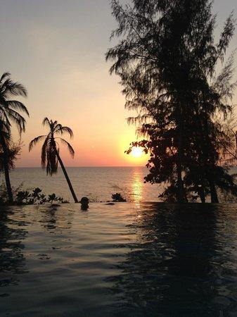 Pullman Phuket Arcadia Naithon Beach: Sunset from the pool