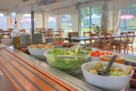Le Pre du Lac : Le buffet du restaurant en été