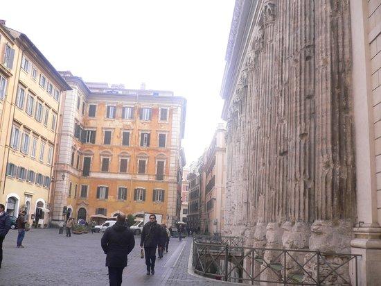 Hadrian's Temple : piazza di pietra