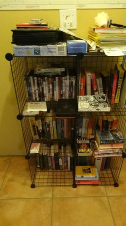 Casa Resaca : Nice selection of books, DVDs, local info