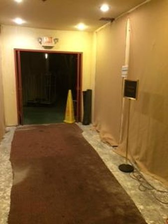 Comfort Suites Huntington Beach: Soiled carpets & renovations
