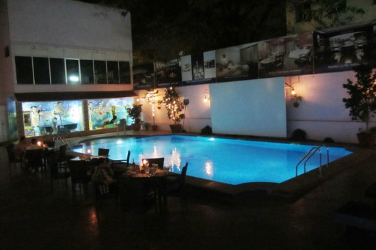 Hotel Sandesh The Prince : Pool bei Nacht