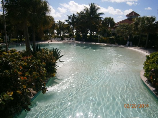 Taino Beach Resort & Clubs : Lazy River flowing into the shallows