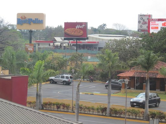 Quality Hotel Real San Jose: Restaurants in the parking lot