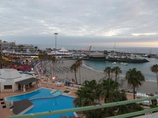HOVIMA La Pinta Beachfront Family Hotel: Plaża La Pinta i port jachtowy