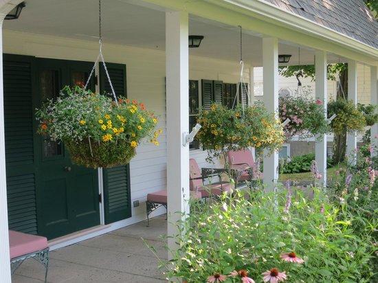Stone Throw Cottage: Front porch florals