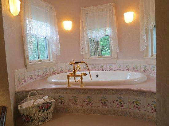 Stone Throw Cottage: Bathing delight