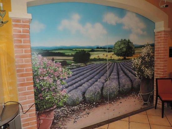 Kyriad Avignon - Courtine Gare : un mur qui nous rapelle la provence