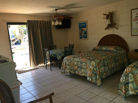 Royal Hawaiian Motel / Botel : Bedroom w/kitchenette & canal view
