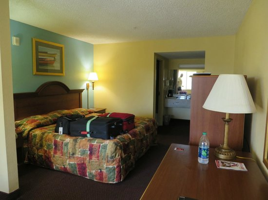 Super 8 Dania Fort Lauderdale Airport Port Everglades : Room 212, king bed