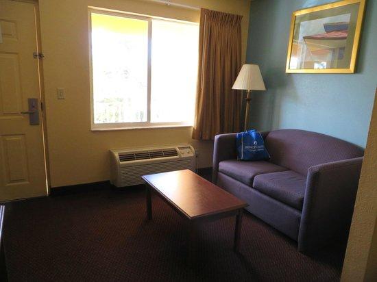 Super 8 Dania Fort Lauderdale Airport Port Everglades: Room 212 sitting area