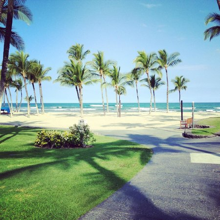 Mauna Lani Bay Hotel & Bungalows: View of beach from hotel grounds