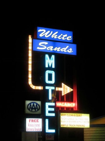 White Sands Motel: sign at night