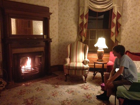 Mohonk Mountain House: Enjoying in-room fireplace REAL WOODBURNING