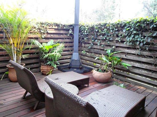 Arusha Coffee Lodge: salottino esterno privato con camino della suite