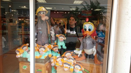 Orlando Premium Outlets - Vineland Avenue: Vidriera Disney Store