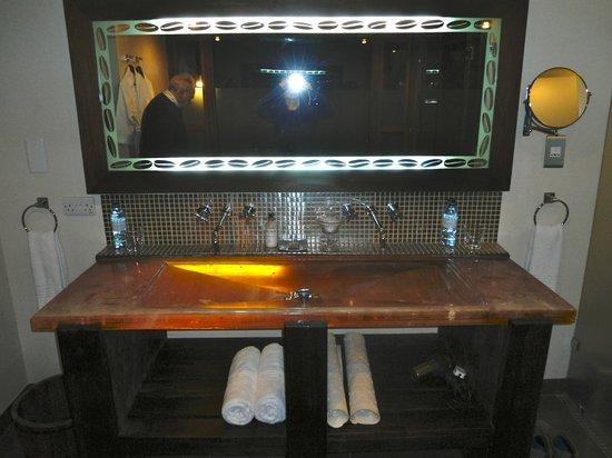 Arusha Coffee Lodge: particolare lavabo e specchio con decoro di chicchi di caffè!