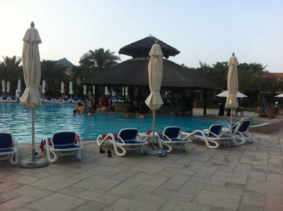 Fujairah Rotana Resort & Spa - Al Aqah Beach: The pool bar