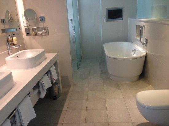 Holiday Inn Bristol City Centre: Suite bathroom