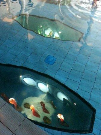 Kosta Boda Art Hotel: Displays underneath the pool