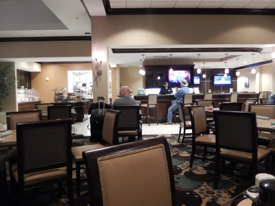 Hilton Garden Inn Dulles North: Dining Area and Bar