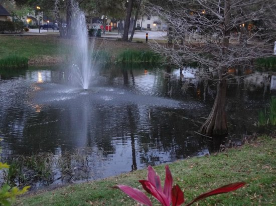 Oak Plantation Resort: 1 of the fountains on the lagoon